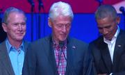Cựu tổng thống Bush chọc cười ông Obama tại hòa nhạc từ thiện