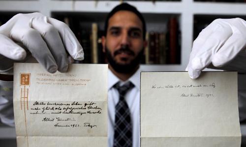Hai ghi chú của Albert Einstein về bí quyết sống hạnh phúc. Ảnh: AFP.