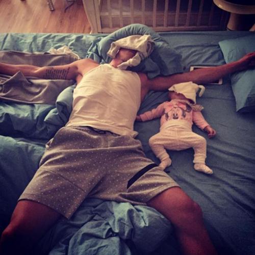 Mỗi khi bố con nó ngủ là mẹ tự động ôm gối xuống đất nằm.