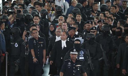 Đoàn tái hiện hiện trường nghi án Kim Jong-nam đến khu vực quầy làm thủ tục ở sân bay. Ảnh: AP.