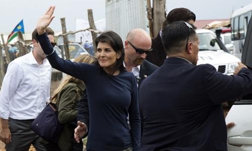 Đại sứ Mỹ tại Liên Hợp Quốc Nikki Haley vẫy tay chào khi bà phải sơ tán. Ảnh: AFP.