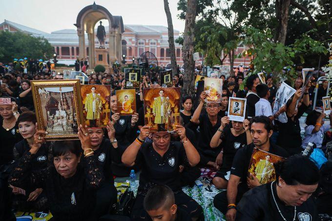 Thái Lan bắn đại bác đưa tiễn linh cữu quốc vương