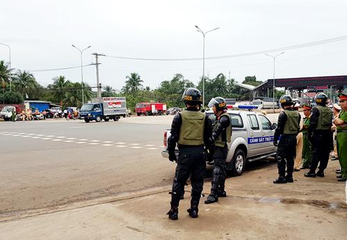 Ngoài cảnh sát cơ động, CSGT, lực lượng cứu hỏa, y tế... cũng được huy động trong ngày BOT Biên Hòa thu phí trở lại. Ảnh: Phước Tuấn.