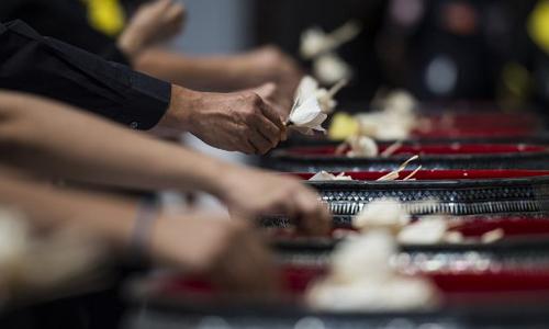 Người dân Thái Lan đặt hoa tang để thể hiện sự thành kính với cố vương Bhumibol ở Bangkok ngày 26/10. Ảnh: AFP.