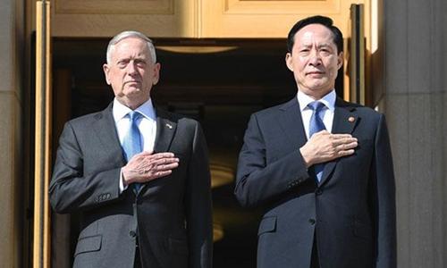 Bộ trưởng Quốc phòng Mỹ James Mattis (trái) và người đồng cấp Hàn Quốc Song Young-moo tại Lầu Năm Góc, Mỹ, hồi tháng 7. Ảnh: US Army.