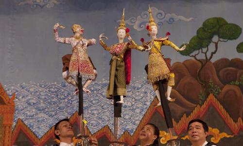 Các nghệ sĩ điều khiển những con rối hoàng gia Hun Luang. Ảnh: Bangkokpost.