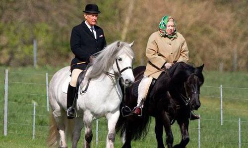Nữ hoàng Anh cưỡi ngựa ở cung điện Winsor. Bà có niềm đam mê với ngựa từ ngày còn nhỏ. Ảnh: Express.