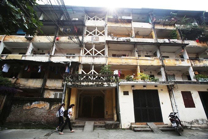 Nhà tập thể 'chống nạng' ở Hà Nội