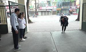 Thầy hiệu trưởng cúi chào học sinh mỗi sáng ở Hà Nội