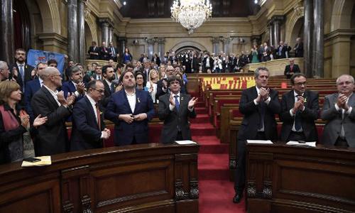 Các nghị sĩ Catalonia vỗ tay tại cuộc họp nghị viện sau khi nghị quyết tuyên bố độc lập được thông qua ngày 27/10. Ảnh: AFP.