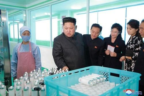 vo-kim-jong-un-thap-tung-chong-thi-sat-nha-may-my-phm-1