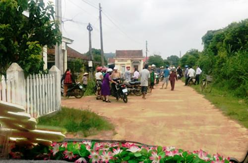 Đoàn ôtô rước dâu bị cán bộ thôn chặn, vì chưa nộp đủ tiền làm đường. Ảnh: Gia đình cung cấp