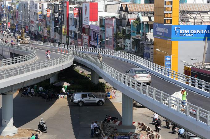 Cầu vượt ngã sáu ở cửa ngõ Tân Sơn Nhất xong trước hai tháng