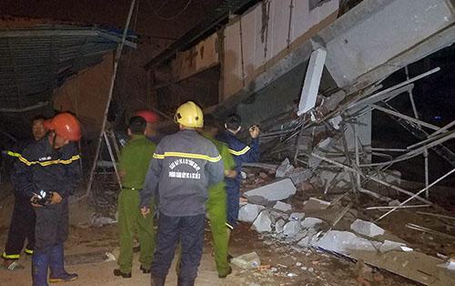 Cảnh sát cứu hộ được huy động đến hiện trường vụ sập. Ảnh: Nguyễn Khoa.