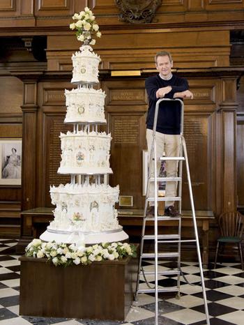 Các đầu bếp Anh tái tạo tháp bánh 4 tầng xuất hiện trong ngày cưới của Nữ hoàng Anh 70 năm trước. Ảnh: Express.