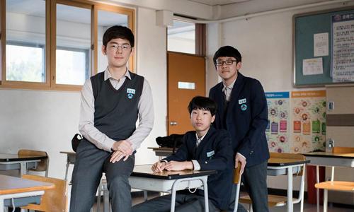 Kim Sun-woo (trái) và hai người bạn cùng lớp. Ảnh: CBS News.