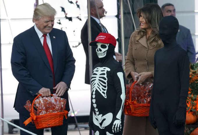 Trump phát kẹo cho khủng long, ngựa, bộ xương trong Halloween
