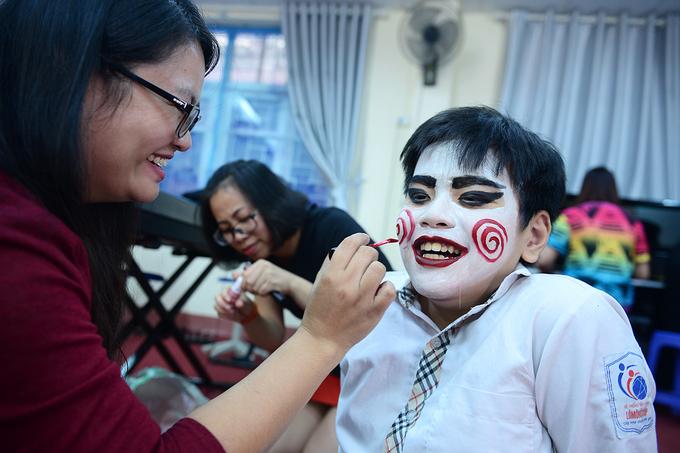 Học sinh biến hóa trong lễ Halloween