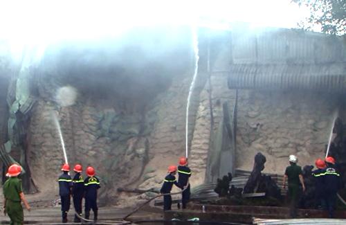 Cảnh sát Phòng cháy nỗ lực dập tắt đám cháy. Ảnh: Anh Minh.