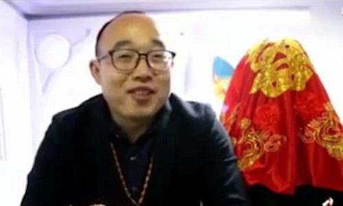 Zheng Jiajia và cô dâu robot. Ảnh chụp màn hình: YouTube.