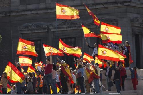 Người biểu tình cầm cờ Tây Ban Nha, thể hiện sự giận dữ với việc Catalonia tuyên bố độc lập. Ảnh: AP.