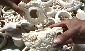 Hải quan lật tẩy các khúc gỗ được 'phù phép' để giấu ngà voi