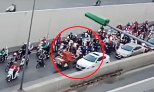 Trăm người tránh đường cho xe máy ngược chiều hầm Kim Liên