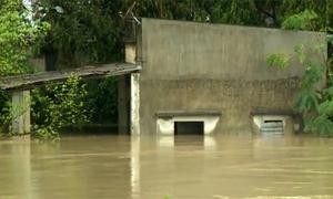 Nhiều vùng ở Nam Trung Bộ bị chia cắt trong mưa lũ