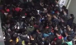 Hàng trăm sinh viên Trung Quốc ùa vào thư viện tranh chỗ