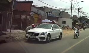 Thanh niên bẻ trộm cặp gương Mercedes 100 triệu đồng trong nháy mắt