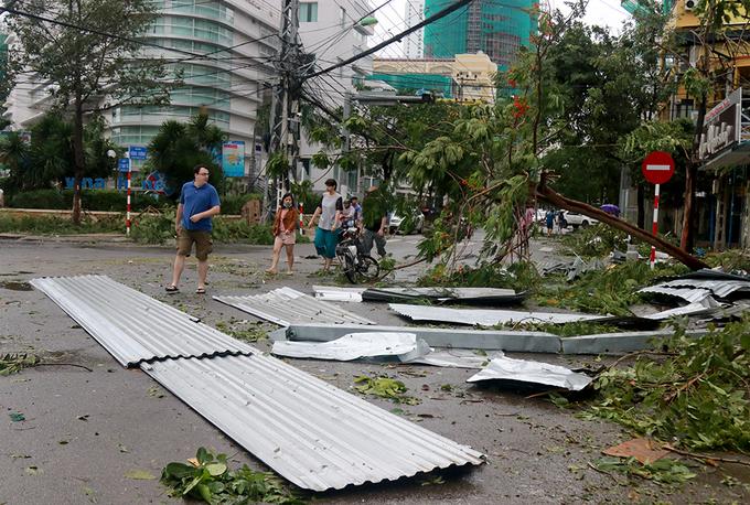 Đường phố Nha Trang ngổn ngang sau bão Damrey