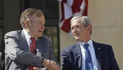 Hai cựu tổng thống Mỹ George H.W. Bush (trái) và George W. Bush. Ảnh: Reuter.s