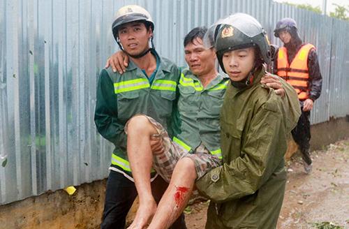 Ông Nghị bị vùi đưới dổ nát trong bão khi nhà sập được cảnh sát đưa ra ngoài. Ảnh: Xuân Ngọc