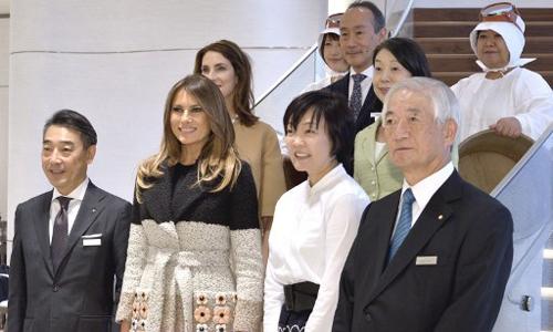 Đệ nhất Phu nhân Mỹ Melania Trump (thứ hai phải sang, hàng trên) trong chuyến thăm Nhật Bản ngày 5/11. Ảnh: AFP.