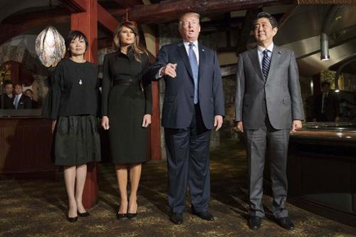Bà Melania chọn trang phục tối màu khi xuất hiện cùng Tổng thống Trump trong tiệc chiêu đãi tối 5/11 của Thủ tướng Nhật Shinzo Abe và Phu nhân Akie. Ảnh: AFP.