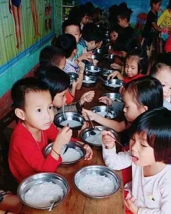 truong-phai-xin-loi-vi-bua-an-cho-tre-chi-co-bun-chan-nuoc-xuong