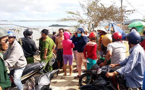 Người dân ngóng chờ lực lượng chức năng đưa các thi thể nạn nhân bão số 12 vào bờ. Ảnh: Xuân Ngọc