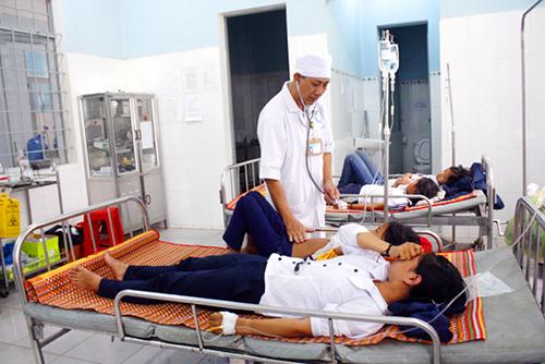 84 học sinh đã nhập viện sau khi ăn bánh và uống sữa miễn phí. Ảnh: Gia Uy.