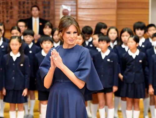 Bà Melania thăm trường tiểu học Kyobashi Tsukiji ở Tokya ngày 6/11. Ảnh: AFP.