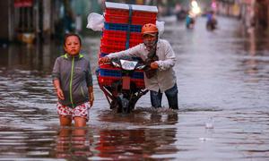 Đường Sài Gòn ngập đến yên xe ngày triều cường đạt đỉnh