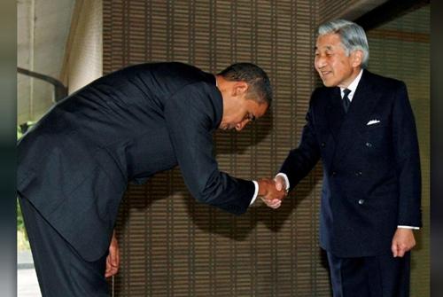 Ông Obama cúi người bắt tay Nhật hoàng Akihito trong cuộc gặp năm 2009. Ảnh: