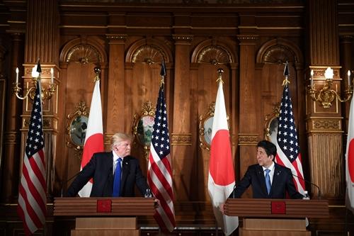 Tổng thống Mỹ Donald Trump và Thủ tướng Nhật Shinzo Abe trong cuộc họp báo hôm nay. Ảnh: AFP.