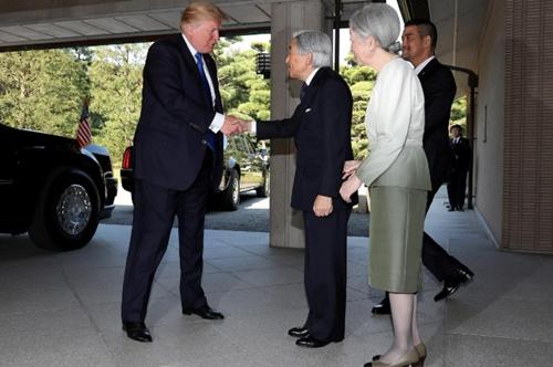 Ông Trump hôm nay gặp Nhật hoàng Akihito tại Tokyo.