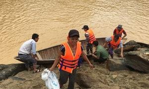 Thủy điện xả lũ, 15 phụ nữ bị mắc kẹt