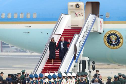 Tổng thống Trump và phu nhân Melania đến Bắc Kinh ngày 8/11. Ảnh: AFP.