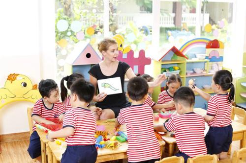 Giờ học với giáo viên nước ngoài của học sinh Mầm non UK Academy.
