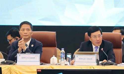 Phó thủ tướng, Bộ trưởng Ngoại giao Phạm Bình Minh và Bộ trưởng Công thương Trần Tuấn Anh tại AMM sáng nay. Ảnh: TTXVN.
