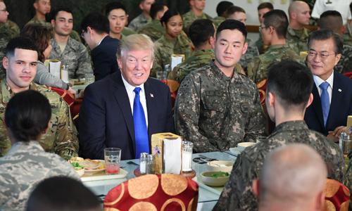 Tổng thống Mỹ Donald Trump và Tổng thống Hàn Quốc Moon Jae-in dùng bữa trưa cùng các binh sĩ. Ảnh: AFP.