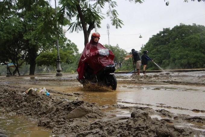 Lớp bùn dày 30 cm trên đường phố Huế sau lũ