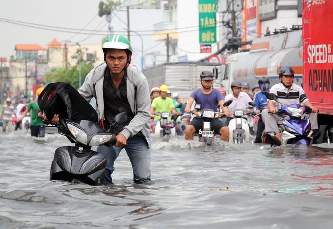 Mưa lớn kết hợp triều cường, đường Sài Gòn ngập nặng